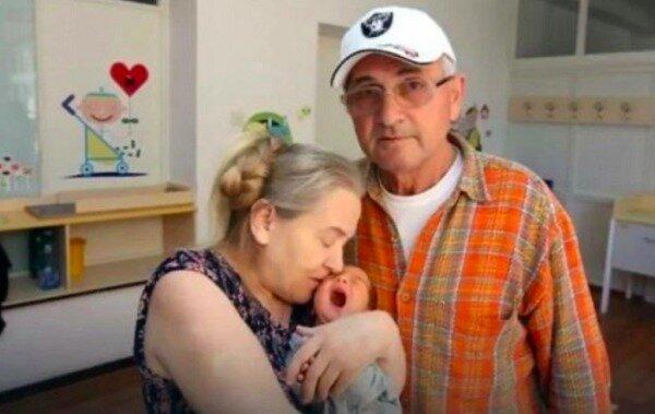Mit 60 Jahren gebar eine Frau zum ersten Mal: wie ihre Familie drei Jahren nach der Geburt des Kindes lebt