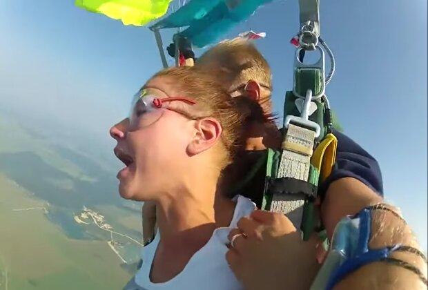 Mann machte einer Frau in 5.000 Metern Höhe einen Heiratsantrag. Quelle: Screenshot Youtube