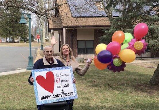 Ein 90-jähriger Mann fand eine Möglichkeit, seine Frau an ihrem Hochzeitstag trotz der Verbote in einem Pflegeheim zu besuchen
