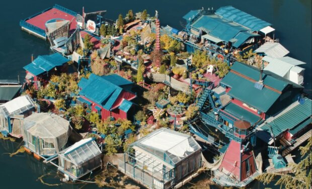 29 Jahre in Isolation: Ehepaar lebt auf einer selbst gebauten schwimmenden Insel