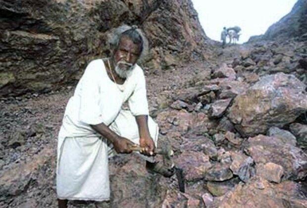Warum ein Mann 22 Jahre lang eine Straße durch die Felsen in einem Dorf anlegte