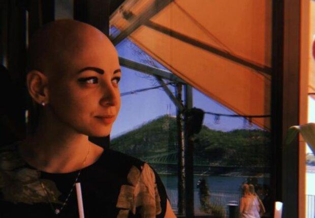 Als sie 19 Jahre alt war, verlor sie alle ihre Haare, es ist ihr aber gelungen, ihre Besonderheit zu akzeptieren und sich selbst liebzugewinnen