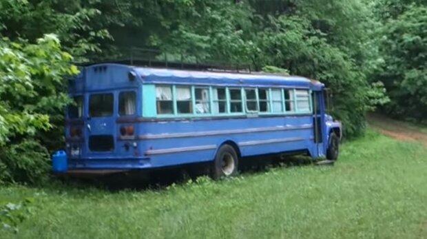 Vater und Sohn fanden im Wald einen alten, verlassenen Bus und beschlossen, hineinzugehen