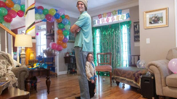 Wie Nick Smith lebt, der 28 Jahre alt ist und so groß ist, wie ein sechs Monate altes Baby