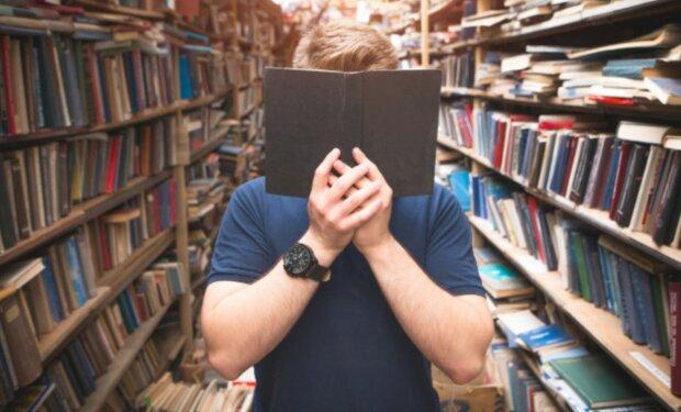 Ein Mann mit dem Buch. Quelle: freepik.com