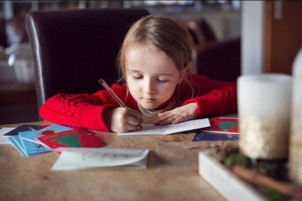 Mütterliche Sorge: Wie eine Frau ihrer Tochter, die Weihnachtskarten unterschrieb, das Leben erleichterte
