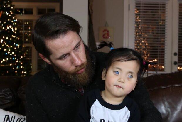 Ungewöhnliche Mädchen Primrose und ihr Vater Chris. Quelle: Screenshot Youtube