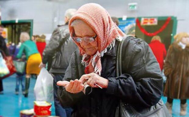 Oma wählt die billigsten Lebensmitteln im Supermarkt aus. Quelle: Screenshot Youtube