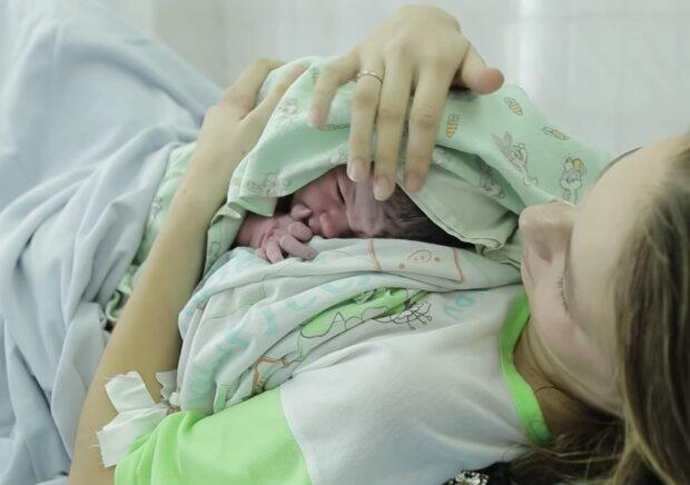 Mutter mit neugeborenem Baby.