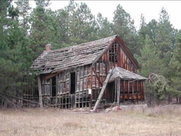 Eine Frau erbte ein baufälliges Haus von ihrer Großmutter und verwandelte es in ein komfortables Zuhause