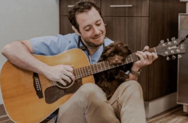 Der Hund hatte große Angst vor den Ärzten, und dann beschloss der Tierarzt ihn zu singen