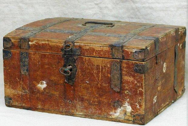 Ein Mann fand eine Kiste auf dem Dachboden, die seit 80 Jahren nicht mehr geöffnet worden war: einen Monat später wurde der Besitzer gefunden