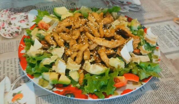 Gegrillter Hähnchensalat. Quelle: YouTube Screenshot