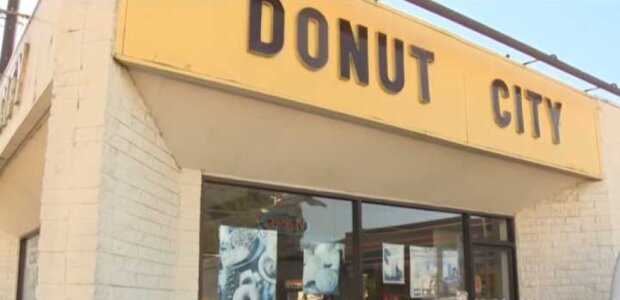 Dutzende von Menschen kaufen frühmorgens bei einem Donut-Verkäufer das ganze Zeug ein, um ihm mehr Zeit zu geben, sich um seine kranke Frau zu kümmern