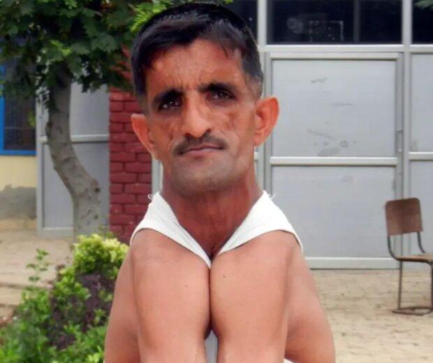 Wie ein echter Schlangenmensch Rammyhar Punia lebt