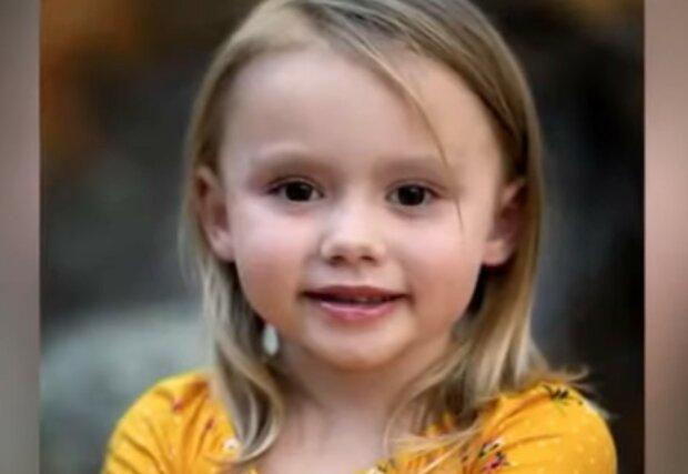 Ein Polizist rettete ein zweijähriges Mädchen vor seinen Eltern: das Kind benahm sich wie ein Höhlenmensch