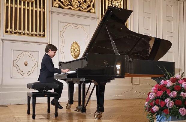 Ein seltenes Talent: Ein sechsjähriger Junge spielt virtuos Klavier