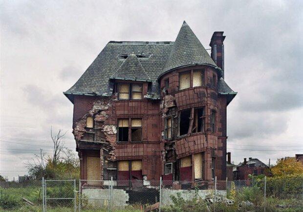 Ein Mann kaufte ein verlassenes Haus für 1 Euro und zeigte ein Jahr später das Ergebnis der Arbeit: das Haus wurde auf 300 Tausend geschätzt