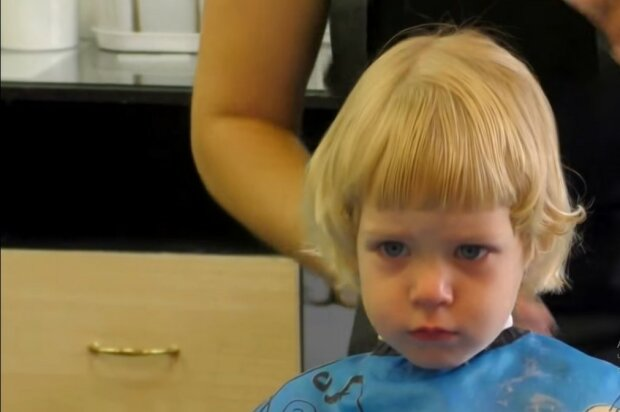 Die Eltern haben ihrer kleinen Tochter seit neun Jahren nicht mehr die Haare gebürstet: Der Grund erklärt alles