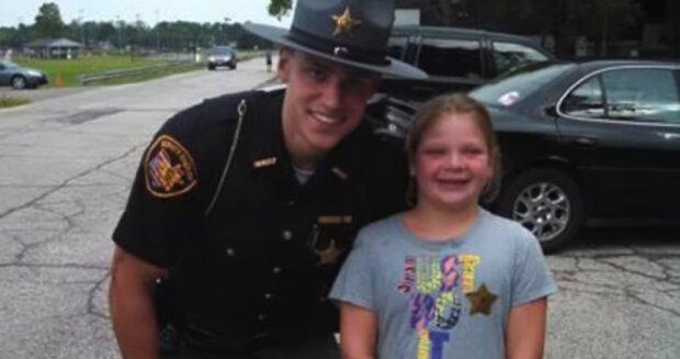 Das 4-jährige Mädchen spendete das gesamte Geld von seinem Sparschwein an einen Polizisten, der es dringend brauchte