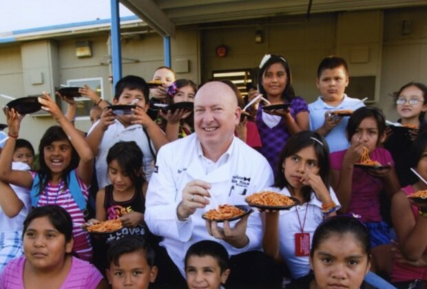 Der Koch versorgte in seinem Restaurant kostenlos 5 000 obdachlose Kinder, bis das Lokal abbrannte